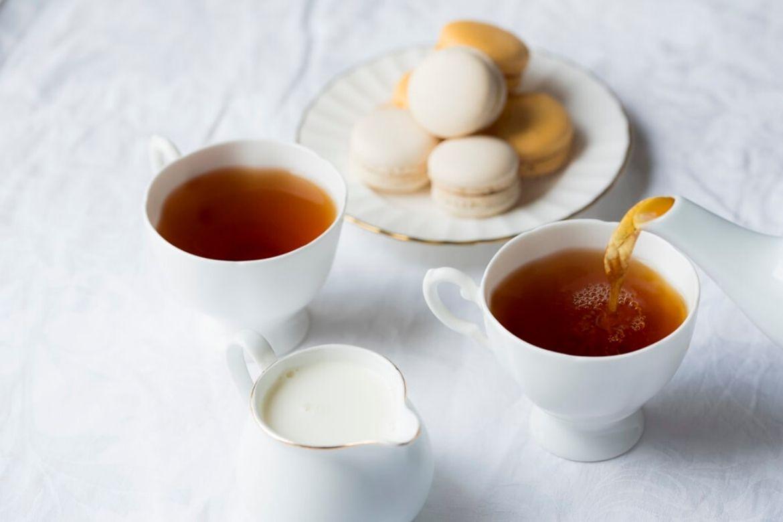 tazza di tè con caraffa di latte
